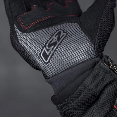 Lòng bàn tay được phủ thêm lớp silicon dạng lưới tăng độ bám